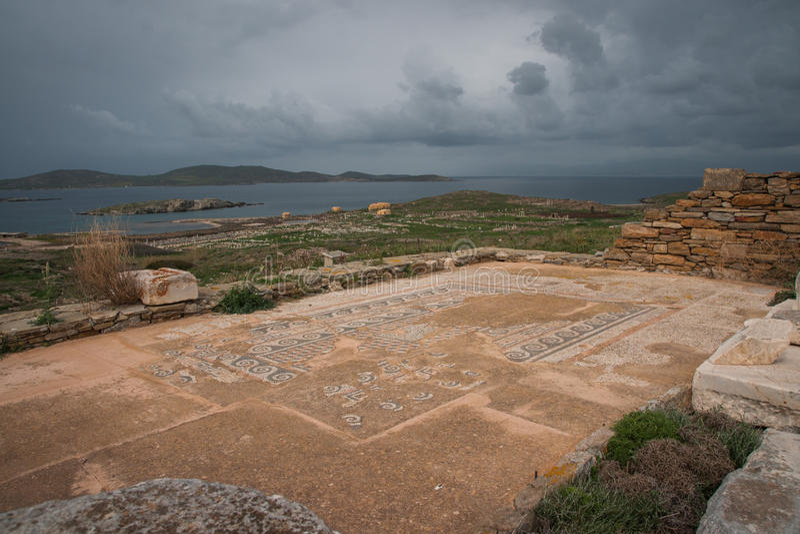 Ruinas del griego clásico en la isla arqueológica de Delos foto de archivo