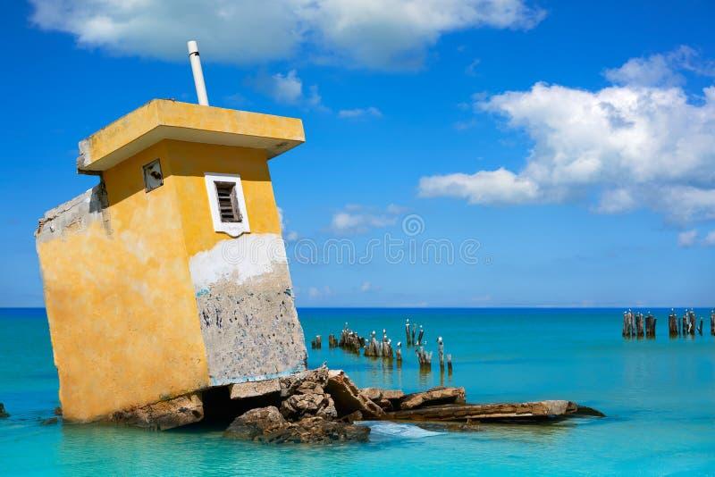 Ruinas del huracán de México de la playa de la isla de Holbox fotos de archivo