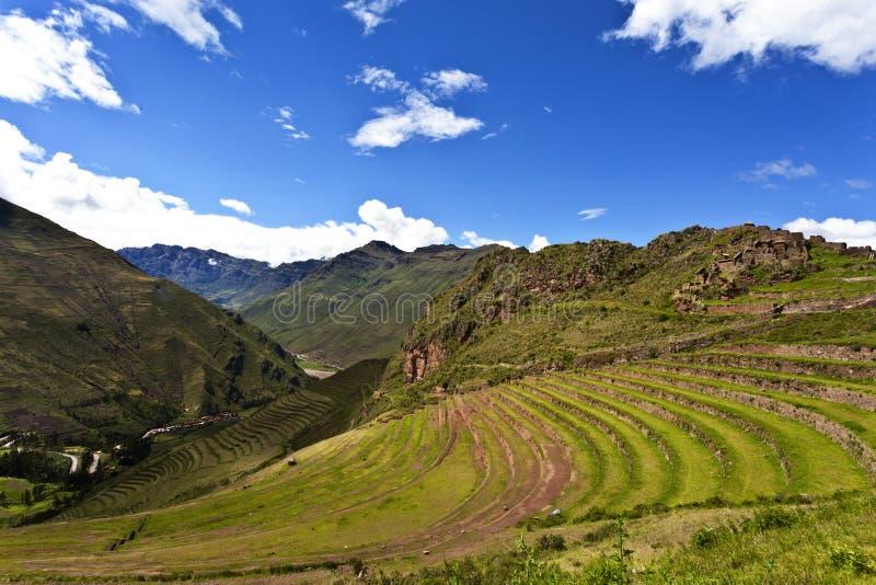 Ruinas del inca de Pisaq, valle sagrado en Perú, Suramérica imagenes de archivo