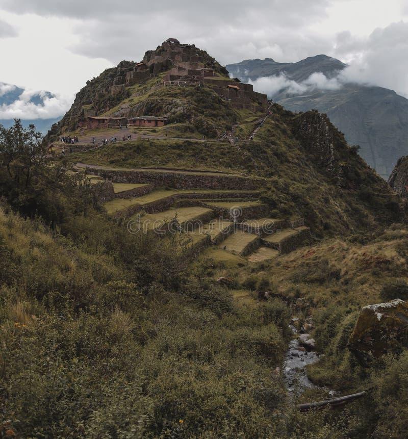 Ruinas del inca en el medio de las montañas foto de archivo