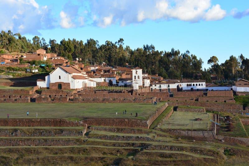 Ruinas del inca y la ciudad colonial de Chinchero, cerca a Cusco, Perú imagen de archivo