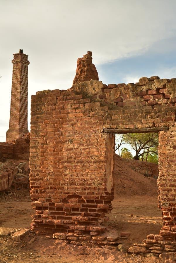 Ruinas del molino de azúcar viejo del ladrillo en Todos Santos, Baja, México fotografía de archivo libre de regalías
