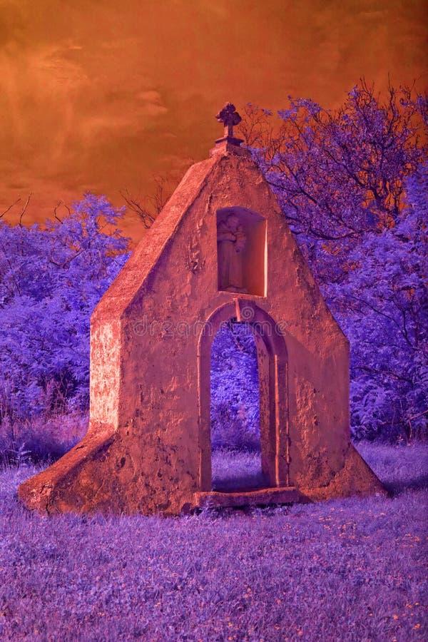 Ruinas del monasterio barroco en la luz infrarroja fotos de archivo