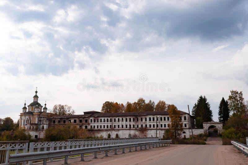 Ruinas del monasterio Totma, regi?n de Vologda, Rusia de Spaso-Sumorin fotos de archivo