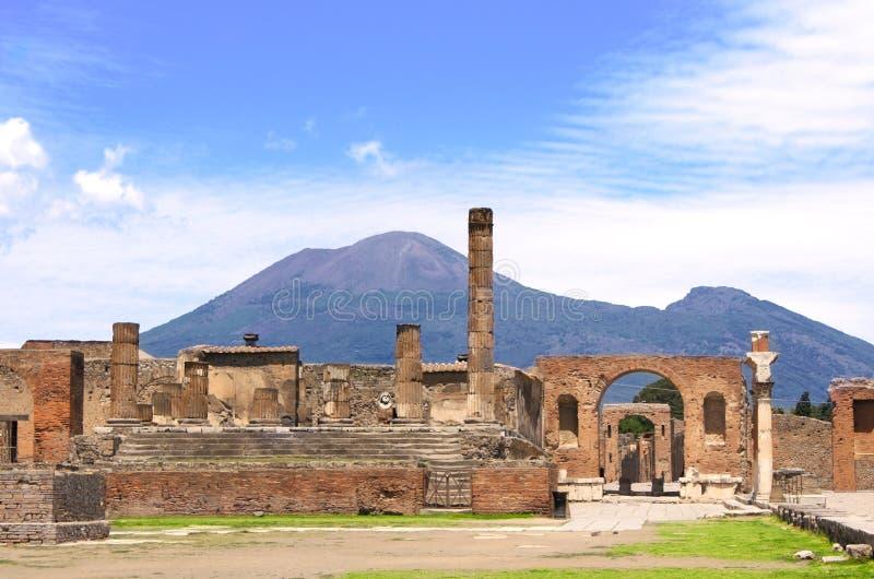 Ruinas del montaje Vesuvio de Pompeii y del volcán fotos de archivo