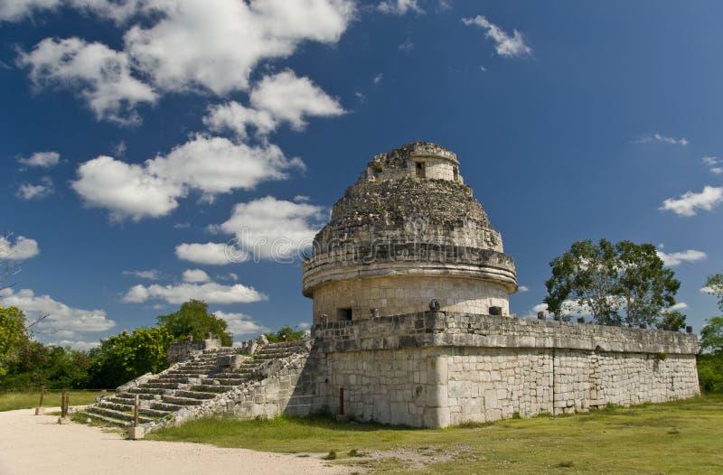 Ruinas del observatorio en Chichen Itza México imagenes de archivo