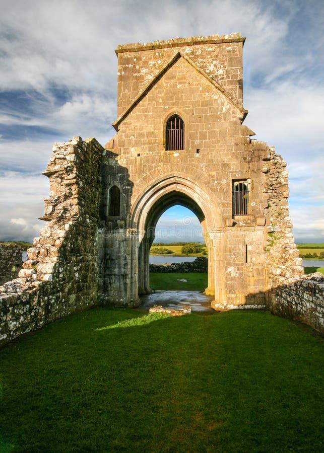 Ruinas del oratorio de la abadía de Molaise del santo en la isla de Devenish imagen de archivo libre de regalías