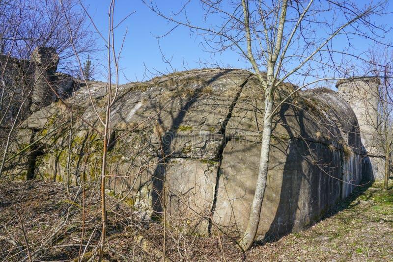 Ruinas del s?tano del polvo cerca de la bater?a del fortalecimiento en Liepaja, Letonia fotografía de archivo