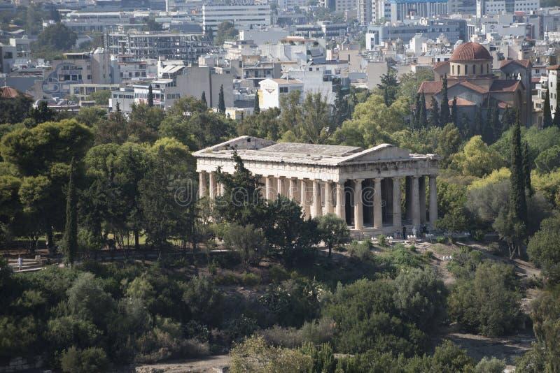 Ruinas del templo del griego clásico rodeadas por el edificio viejo del parque o del bosque con las columnas con la ciudad modern foto de archivo