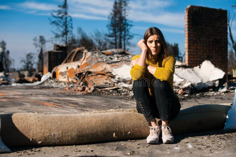 Ruinas después del desastre del fuego, de la pérdida y del concepto de la desesperación fotos de archivo libres de regalías
