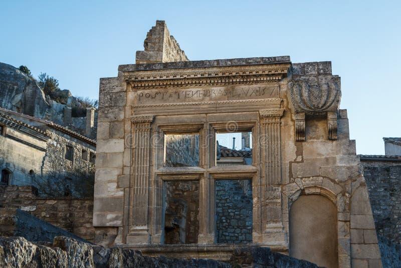 Ruinas en la calle del pueblo pintoresco Les Baux-de-Provence imagen de archivo