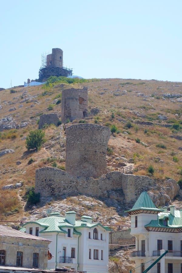 Ruinas - fortaleza en el territorio de Balaklava imagenes de archivo