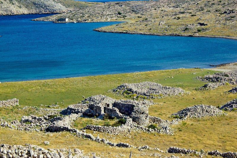 Ruinas históricas de la iglesia, isla de Krk fotografía de archivo