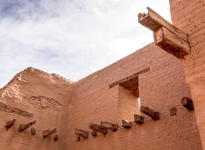 Ruinas interiores del adobe con la ventana y las maderas fotografía de archivo