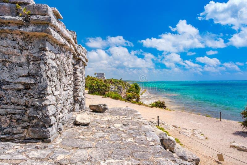 Ruinas mayas al lado del océano en Tulum en México fotografía de archivo libre de regalías