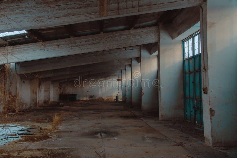 Ruinas militares vacías del almacén o del garaje fotografía de archivo libre de regalías