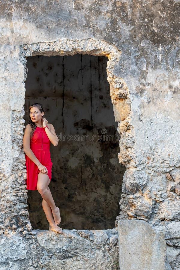 Ruinas modelo morenas hispánicas de Posing Near Old imagenes de archivo