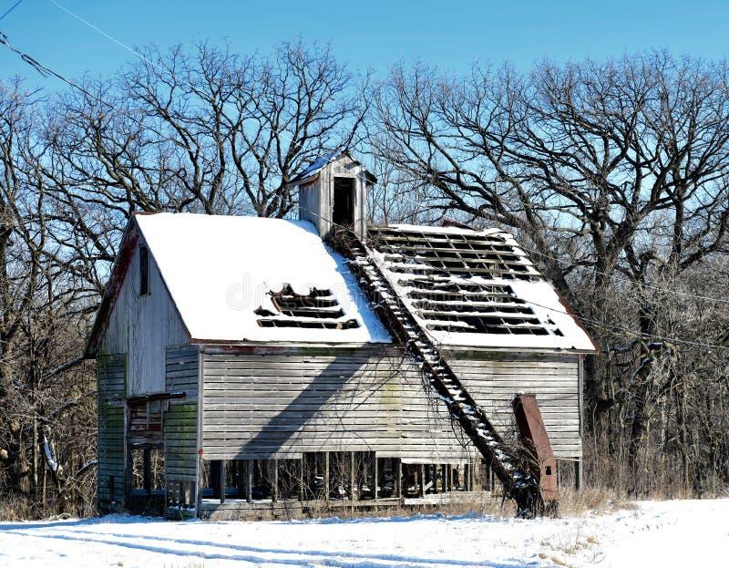 Ruinas nevadas de un pesebre desechado del maíz imagen de archivo libre de regalías