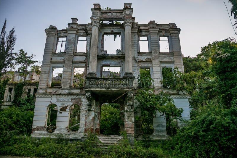 Ruinas overgrown del palacio abandonado, Abjasia Concepto posts-apocalíptico verde foto de archivo libre de regalías