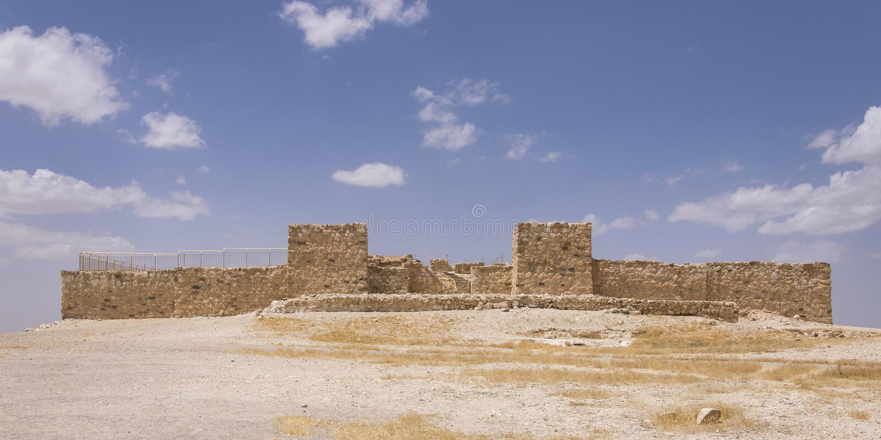 Ruinas reconstruidas de la fortaleza israelita antigua en el teléfono Arad en Israel foto de archivo libre de regalías