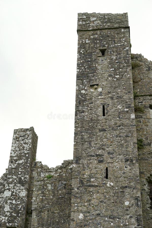 Ruinas religiosas y torre en el campo irlandés fotografía de archivo