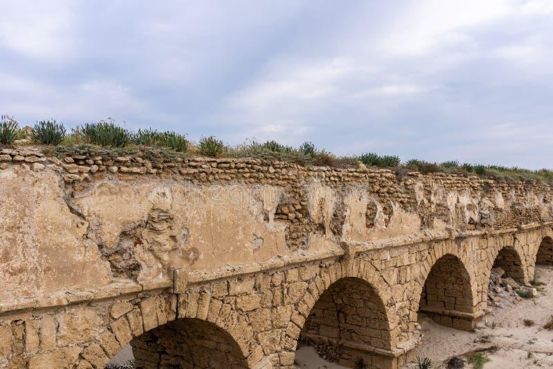 Ruinas romanas antiguas del acueducto en el monumento histórico de Ceasarea Israel fotos de archivo
