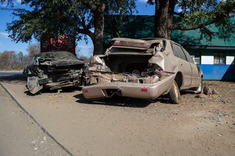 Ruinas totalmente demolidas del coche del accidente después de la colisión, Zambi fotos de archivo