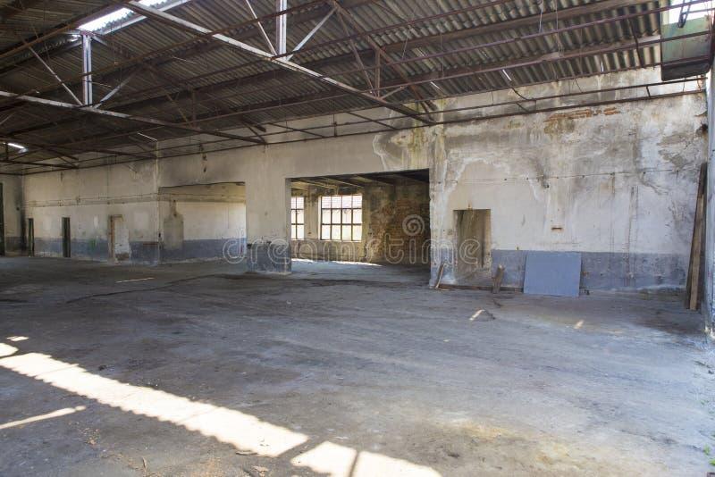 Ruinas viejas de la destilería de una fábrica del pueblo fotos de archivo
