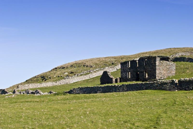 Download Ruinas viejas de la granja imagen de archivo. Imagen de cabaña - 64206653