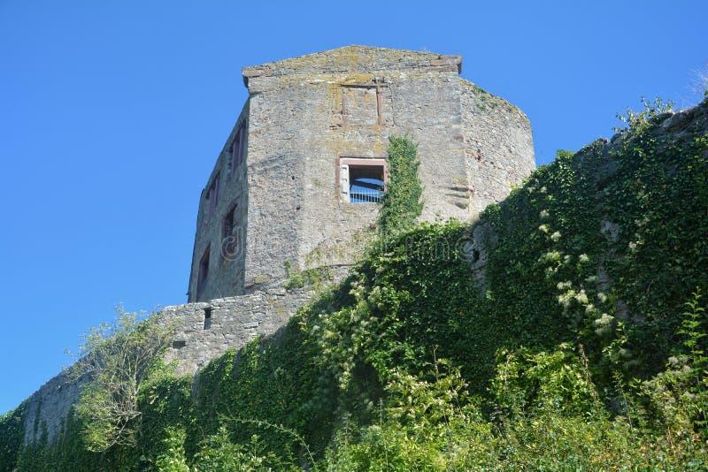 Ruinas viejas de la pared del castillo foto de archivo libre de regalías