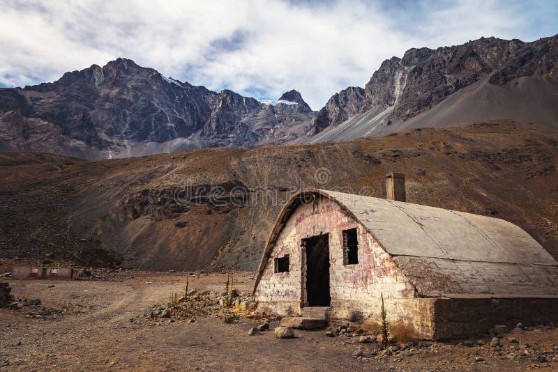 Ruinas viejas de Las Cascaras de la construcción de la presa del EL Yeso de Embalse en Cajon del Maipo - Chile fotografía de archivo libre de regalías