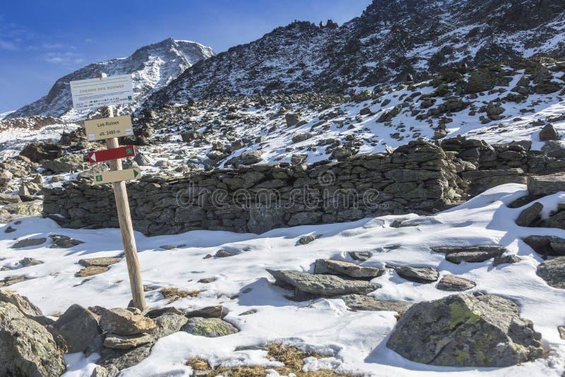 Ruinas viejas del refugio en las montañas francesas fotografía de archivo