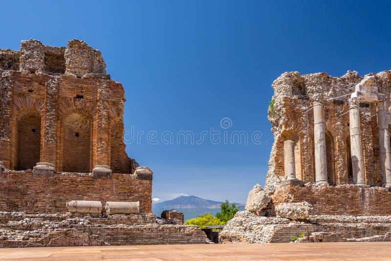 Ruinas y columnas del teatro griego antiguo en Taormina foto de archivo