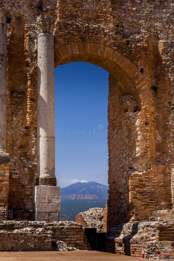 Ruinas y columnas del teatro griego antiguo en Taormina y el Etna imagen de archivo