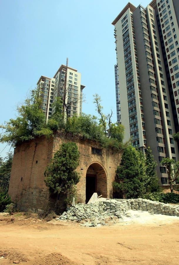 Ruinas y edificio moderno fotos de archivo