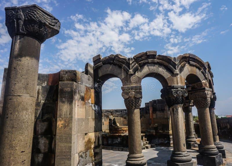 Ruinas y pilar de la catedral de Zvartnots imagenes de archivo