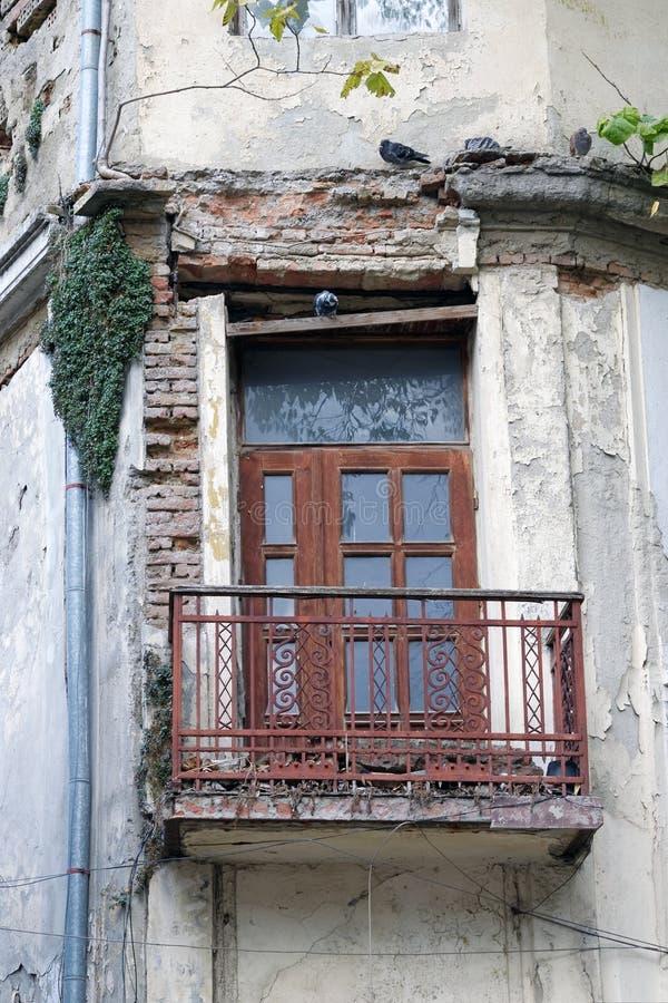 Ruinde gevel van het oude verlaten gebouw stock afbeeldingen