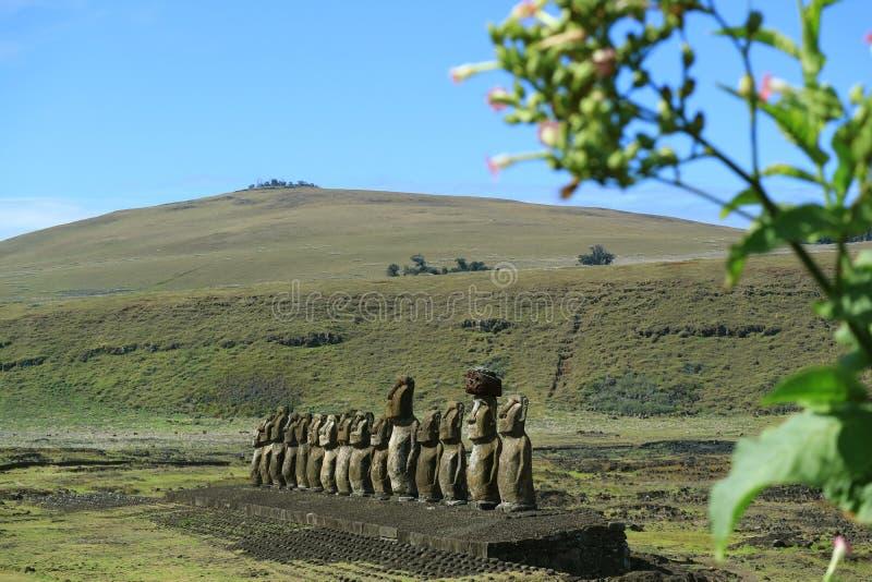 Ruine Ahu Tongariki Moai mit Poike-Vulkan auf Hintergrund, Osterinsel oder Rapa Nui, Chile stockfoto