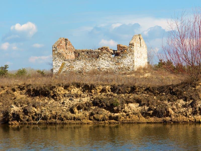 Ruine auf einem Seeufer lizenzfreie stockbilder