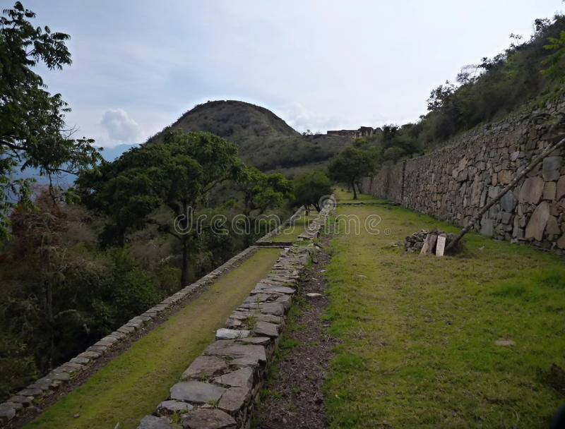 Ruine d'inka de Choquequirao dans la jungle péruvienne de montagne photos stock