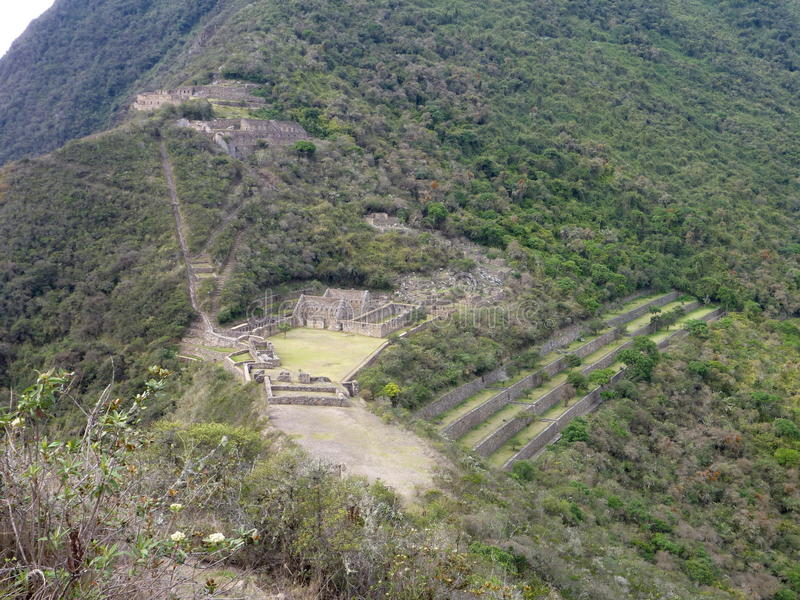 Ruine d'inka de Choquequirao dans la jungle péruvienne de montagne photo stock