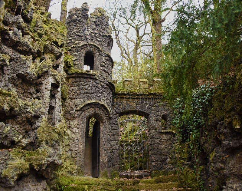 Ruine de château dans le ZOO en ville Usti NAD Labem photo stock