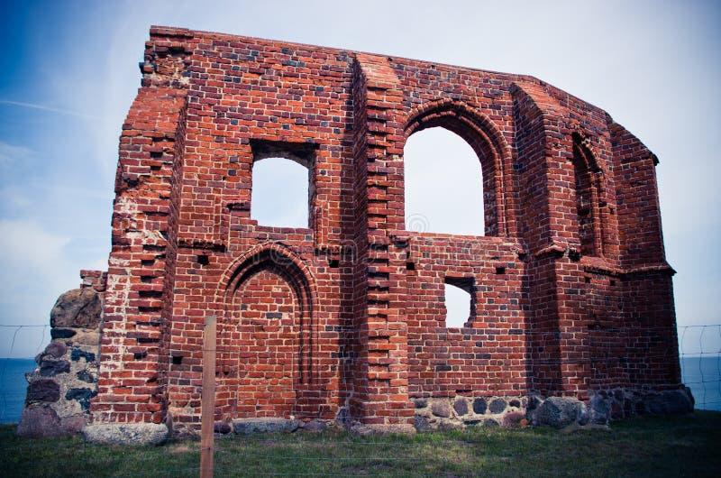 Ruine de l'église dans Trzesacz, Pologne images stock