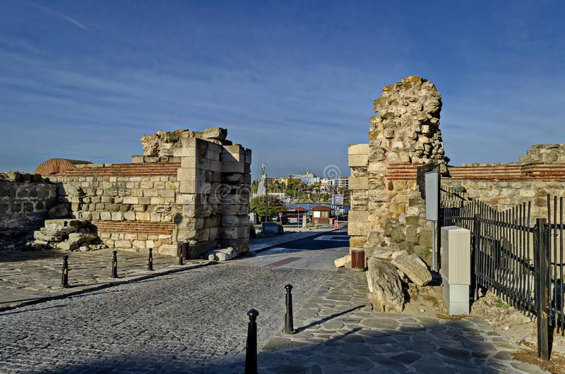 Ruine de mur et d'entrée occidentaux de fortification dans la ville antique Nessebar ou Mesembria sur la côte de la Mer Noire photographie stock libre de droits