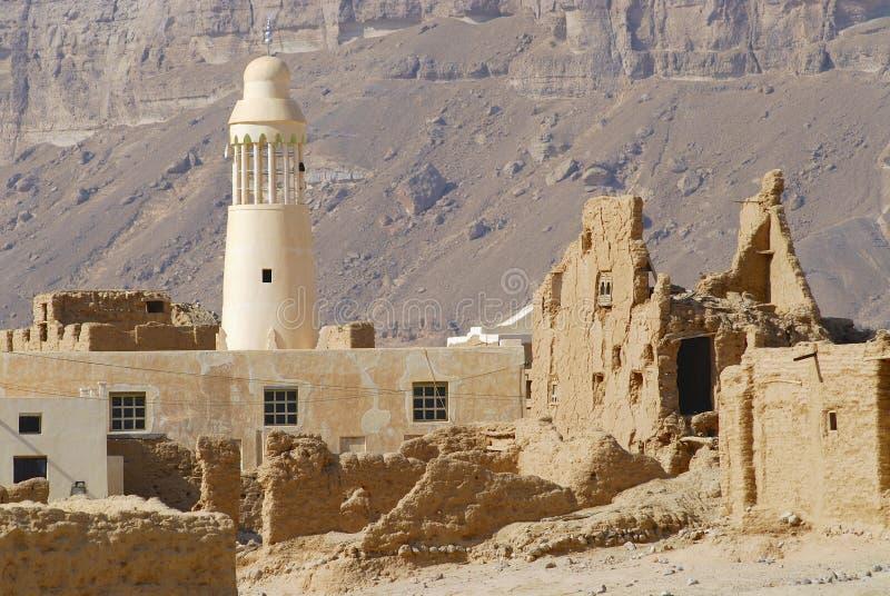 Ruine einer alten Schlammziegelsteinfestung und der Dorfmoschee, nahe der Stadt von Seiyun, der Jemen stockfotos