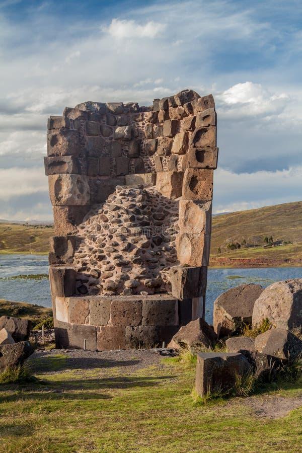 Ruine eines Begräbnisturms in Sillustani stockfotografie