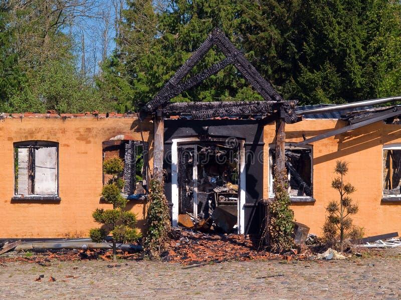 Ruine et restes de l'brûlé en bas de la maison image libre de droits