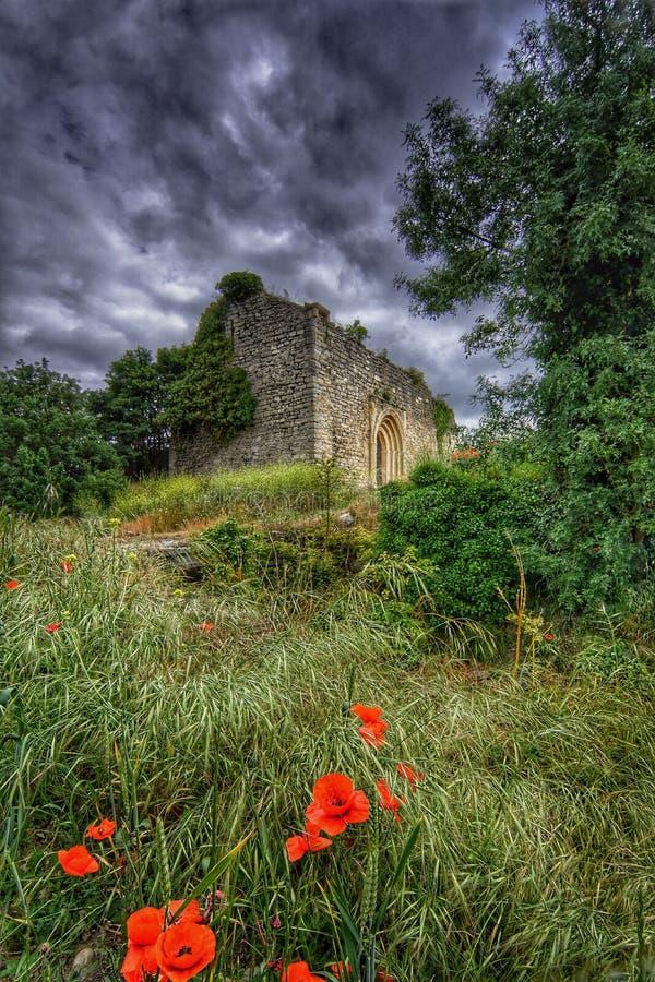 Ruine historique un jour nuageux foncé photo libre de droits