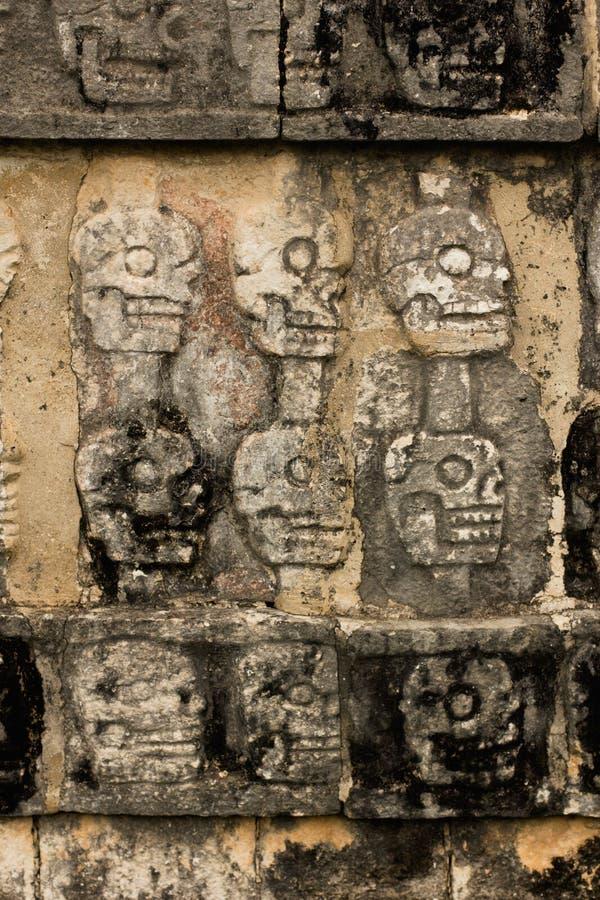 Ruine maya de Chichen Itza - crânes image libre de droits