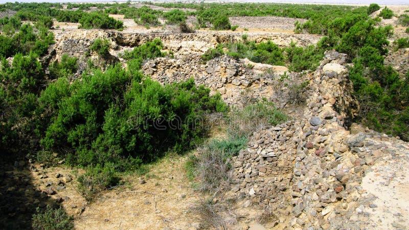 Ruine von alten historischen archäologischen Aushöhlungen bei Adulis, Eritrea lizenzfreie stockfotos